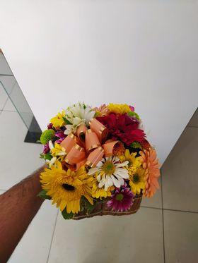 Arranjo Rústico com flores Coloridas