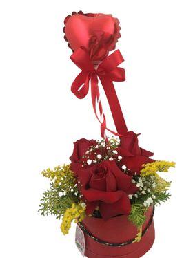 Box com rosas e balão.