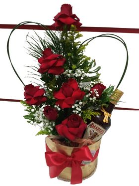 Arranjo com 07 rosas e 01 Amarula