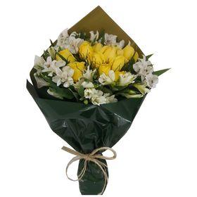 12 rosas amarelas e 6 astromelias brancas