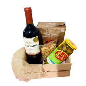 Kit com Vinho, trufas, castanhas e azeitonas