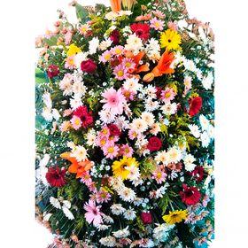 Coroa de Flores do campo e Flores Nobres em Tons Vermelhos