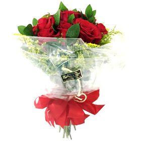 Buquê 12 Rosas vermelhas com Ruscus e Tangos em papel celofane