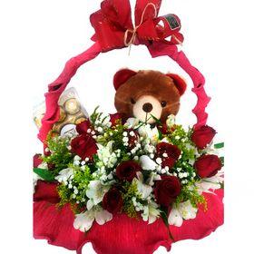 Cesta com 12 rosas, astromelias, chocolate Ferrero Rocher e ursinho