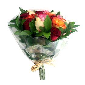 thumb-buque-12-rosas-coloridas-com-ruscus-no-papel-celofane-0