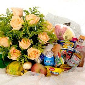 Cesta matinal com 35 itens + arranjo de rosas