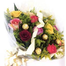 Buquê 12 Rosas coloridas e 12 Ferrero