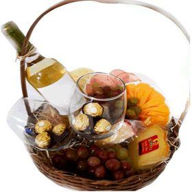 cesta com vinho, uvas, chocolates e tipos de frios