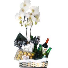 Cesta com orquídea, vinho, cervejas, chocolate