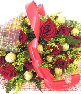 Buquê 12 Rosas com tangos e  12 Ferrero Rocher