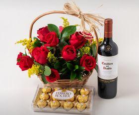 Cesta 12 Rosas Vermelhas, Vinho e Chocolate de 12