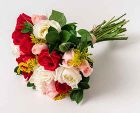 thumb-buque-de-15-rosas-vermelha-branca-e-rosa-0