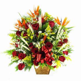 Corbeilles com rosas, trigos e flores do campo