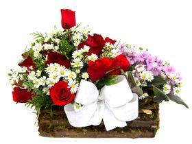 Arranjo com rosas e violetas