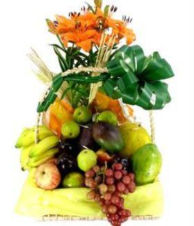 Cesta vaso de lírio com frutas