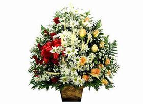 Corbeille com rosas, trigos e flores do campo