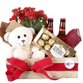 Cesta com vaso de flor, cerveja, chocolates e urso